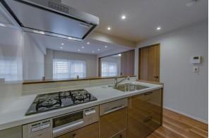 機能性充実の明るいキッチン